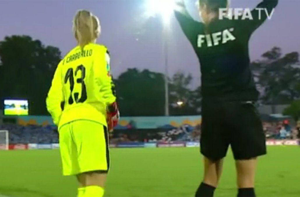 Agustina Caraballo se apresta a entrar a la cancha ante Ghana por la lesión de Sosa.