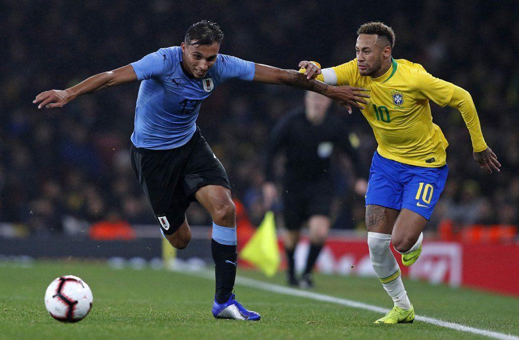 Uruguay perdió con Brasil 0-1 en un partido parejo y con buen debut de Méndez y Suárez