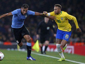 Uruguay perdió con Brasil 0-1 en buen partido y con gran debut de Méndez y Suárez