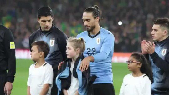 """El gesto del """"pelado"""" Cáceres: se sacó la campera para abrigar a la niña"""