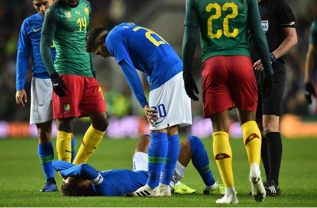 Se lesionó Neymar en la victoria de Brasil 1-0 ante Camerún