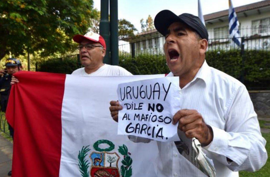 Detractores de Alan García en los alrededores de la residencia del embajador uruguayo en Lima