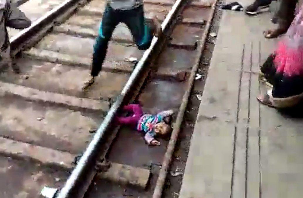 VIDEO: Un beba india sobrevive luego de ser atropellada por un tren