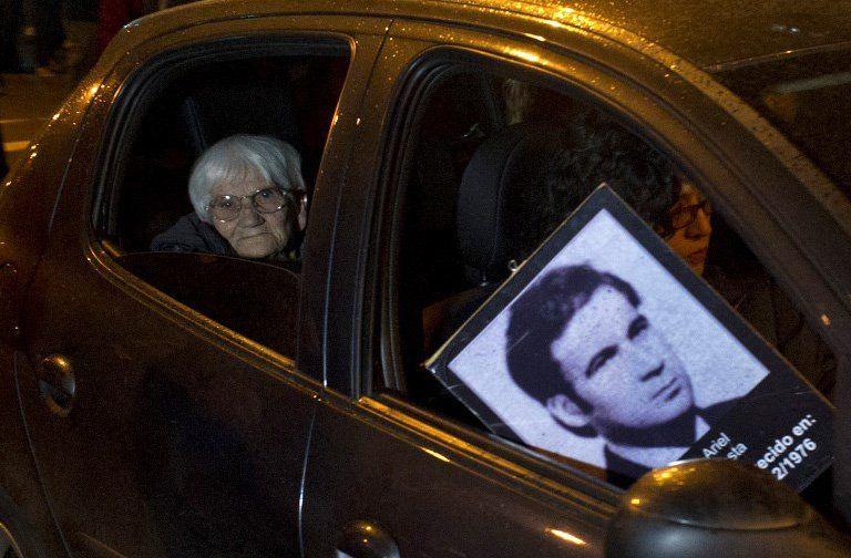 Cuesta y una foto de su hijo Nebio Melo desaparecido en 1976
