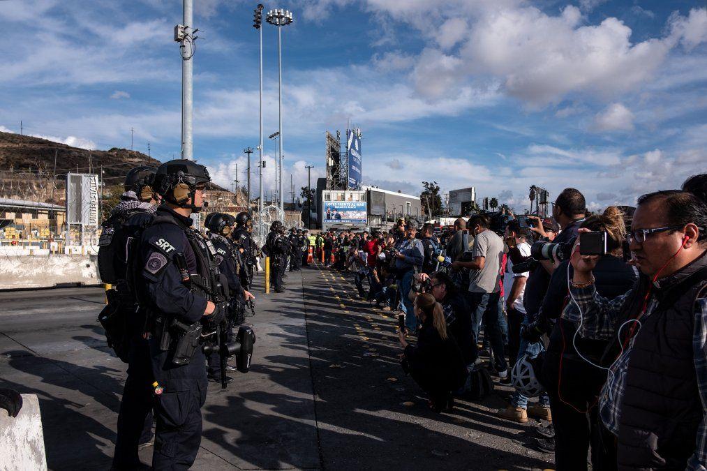 Cientos de migrantes centroamericanos marchan hacia puente fronterizo México-EEUU