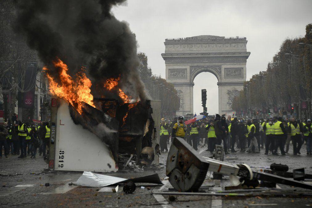 Francia: Incidentes entre la policía y manifestantes contra la suba de precios