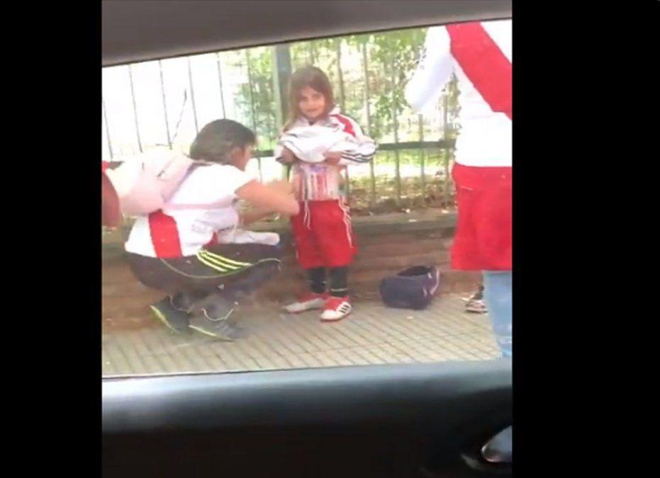 Mujer le pega bengalas a un niño para burlar la seguridad en estadio de Buenos Aires