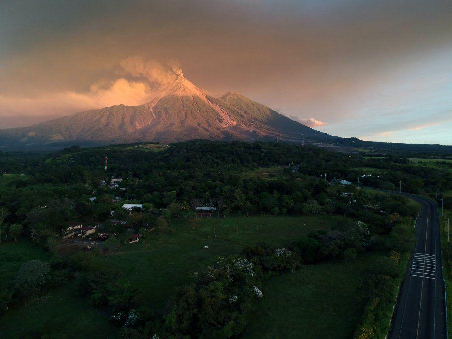 Volcán de Fuego mantiene 15 explosiones por hora en Guatemala