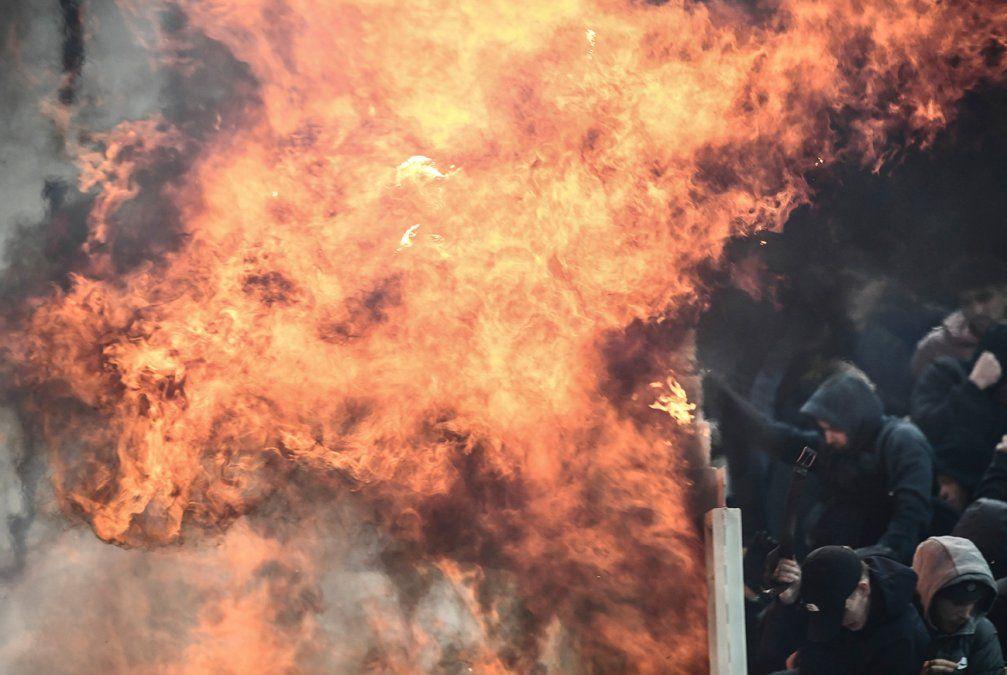 Hinchas del Ajax y AEK se tiraron bengalas y molotovs, el partido se jugó igual