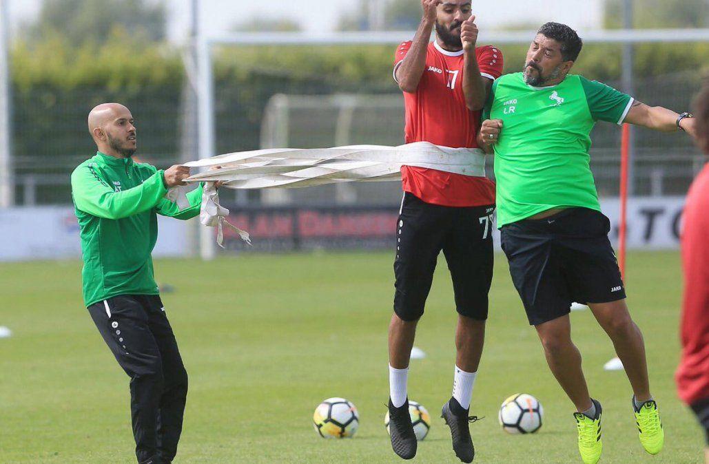 Leonardo Ramos entrenando a sus jugadores. El plantel árabe hizo la pretemporada en Amsterdam.