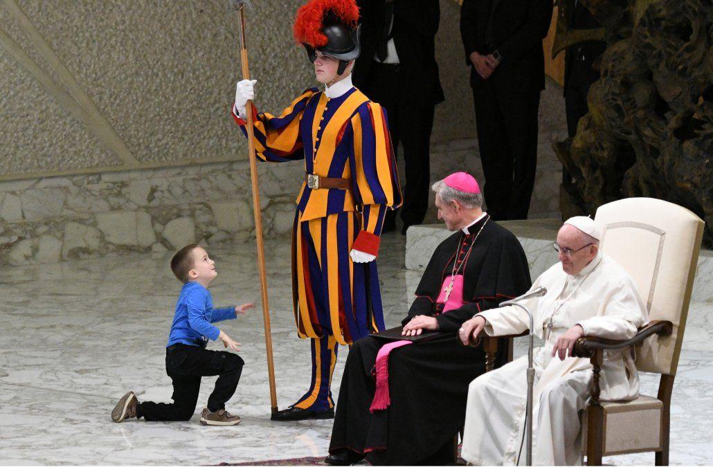 Niño con autismo sube al escenario durante audiencia del Papa y juega