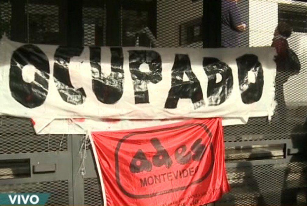 Docentes agremiados paran en todos los liceos de Montevideo y ocupan centros
