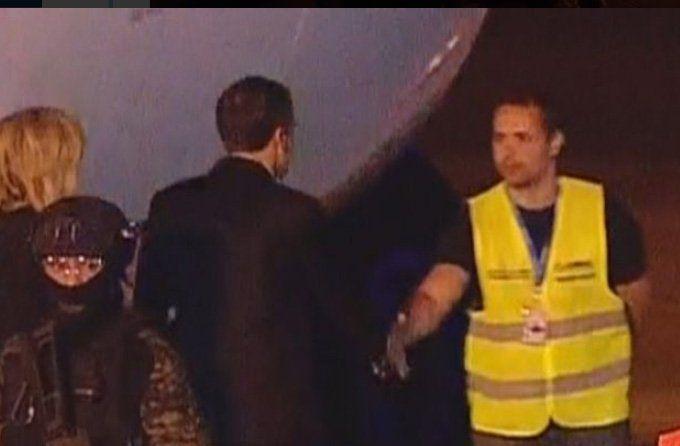 Macron saluda a un operario en lugar de lo que exige el protocolo.