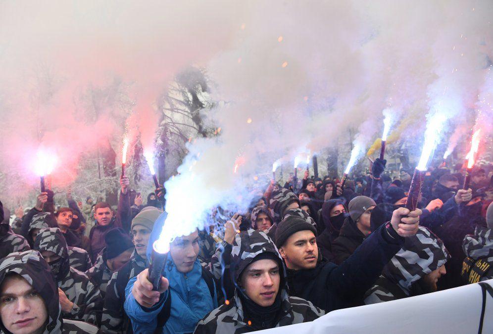 Activistas de grupos de extrema derecha ucranianos toman bengalas durante su encuentro frente al Parlamento ucraniano en Kiev.
