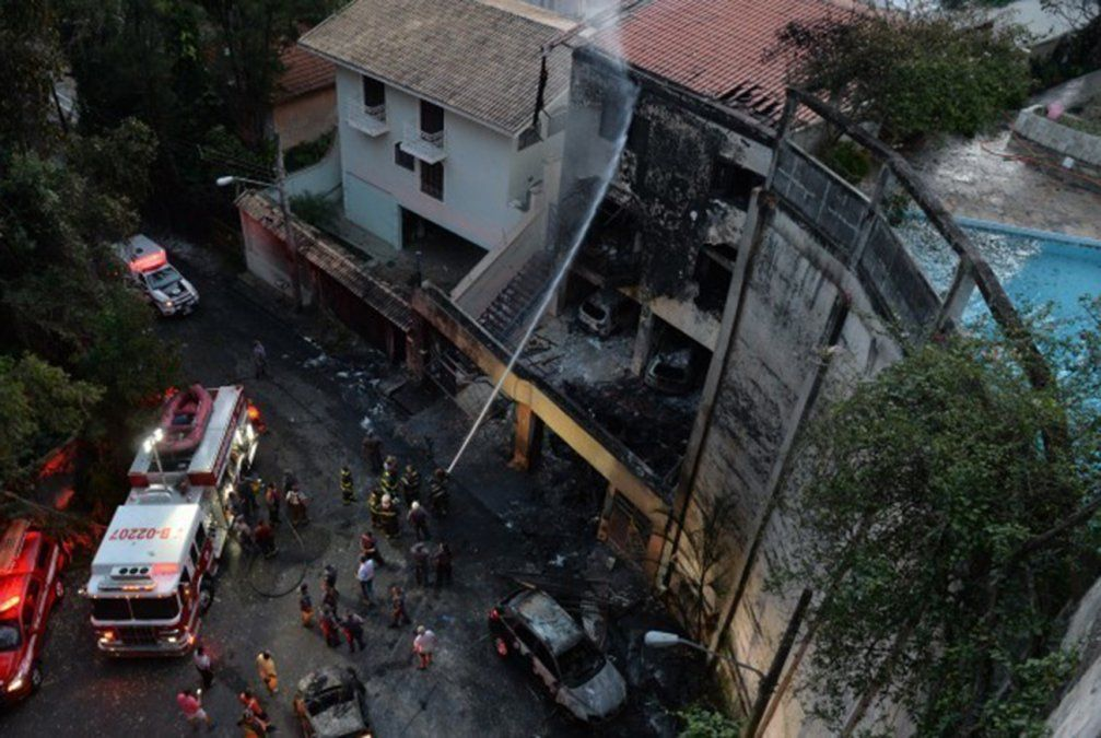 Al menos dos muertos al caer avioneta sobre casas en Sao Paulo