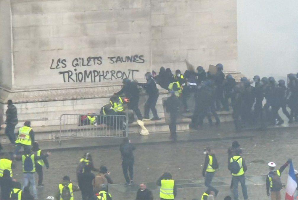 Macron busca una salida urgente a la crisis de los chalecos amarillos
