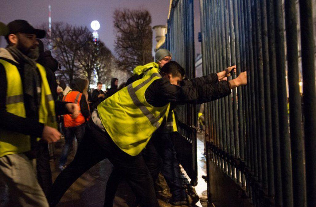 Chalecos amarillos ganaron la pulseada: no habrá aumento de energía y combustibles en Francia