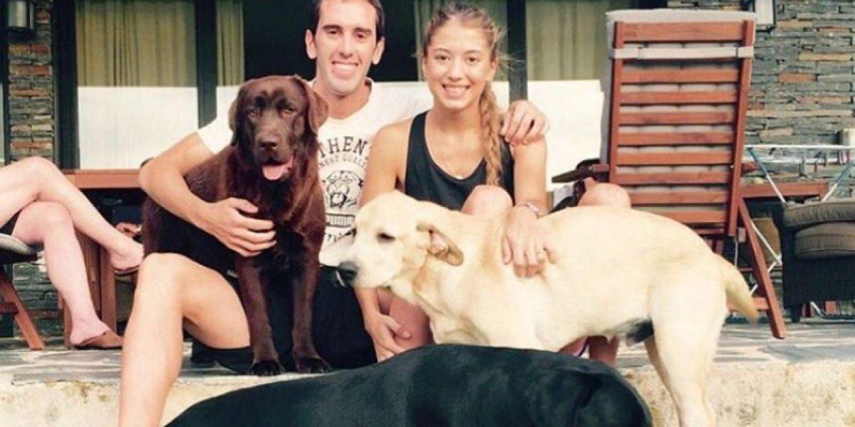 Sofía y Diego con sus mascotas Kika y Anka. Ella lleva las lleva tatuadas en la muñeca. Esa imagen forma parte de la invitación.