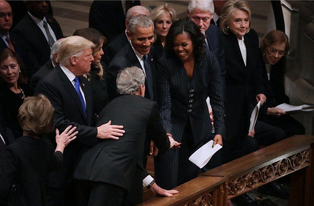 ¿Por qué Bush le regaló caramelos a Michelle Obama en medio del funeral?