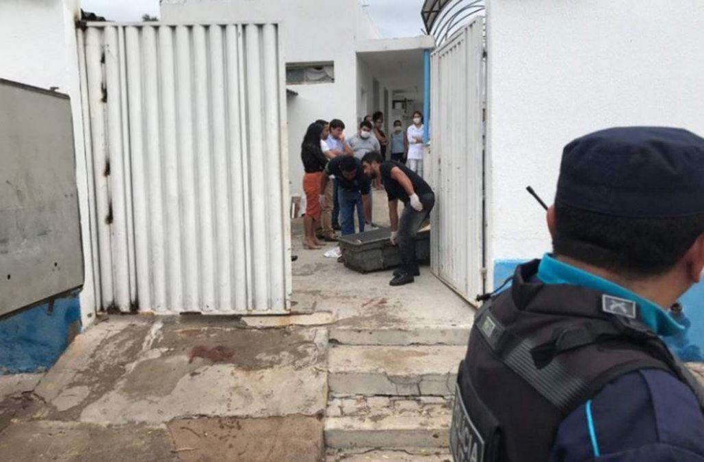 Policía Militar saca los cadáveres en precarios ataúdes.