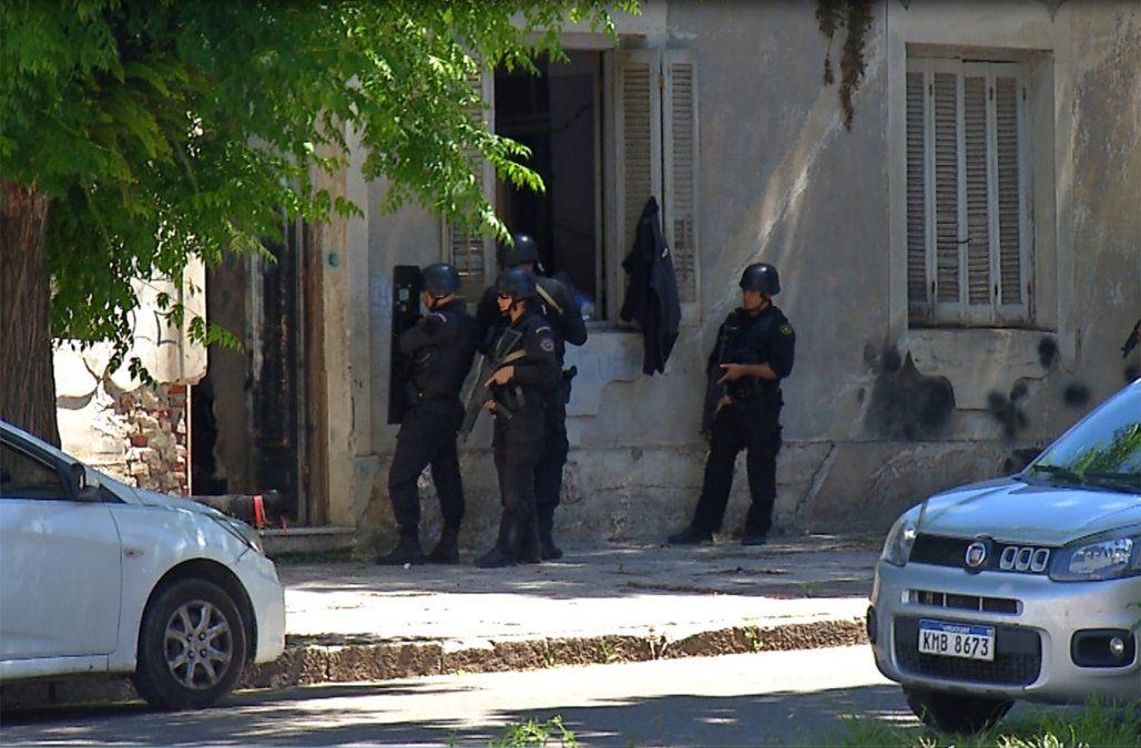 Tres delincuentes asaltaron una farmacia y escaparon a los tiros