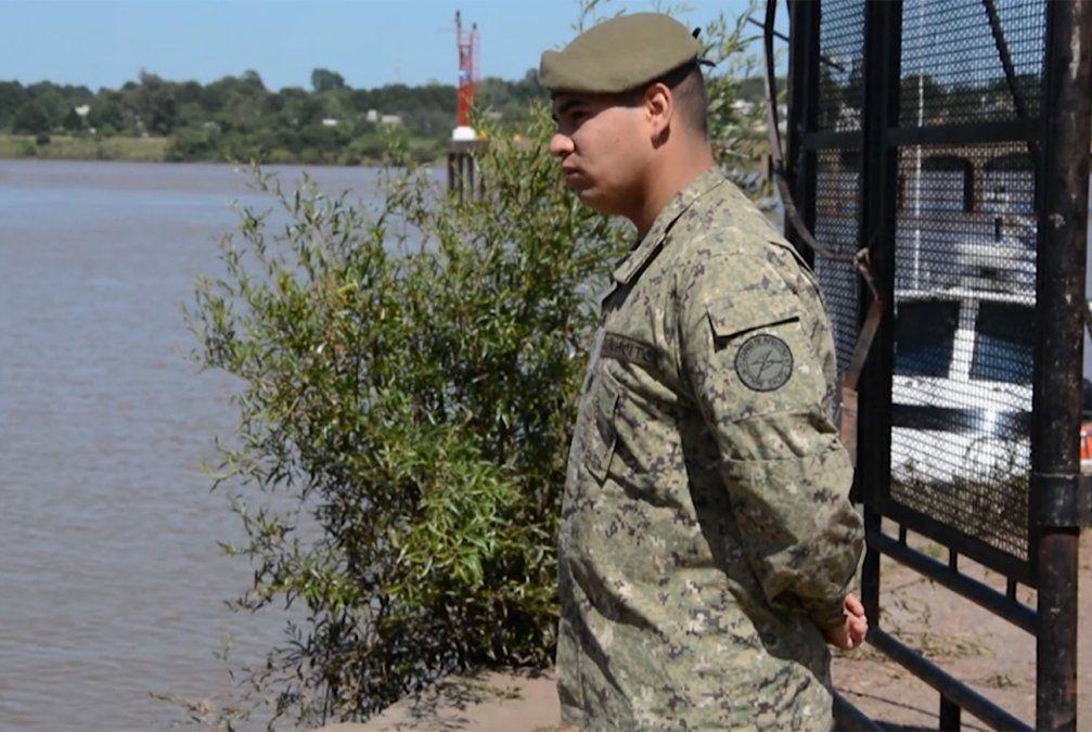 Soldado de 22 años rescató a una mujer de las aguas del Puerto de Salto