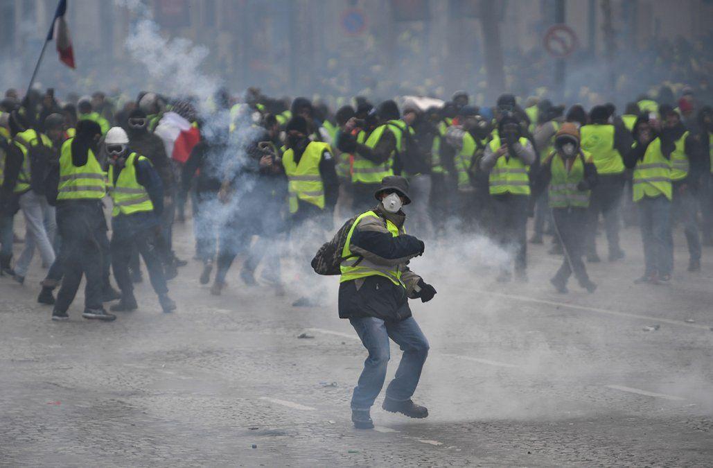 Disturbios y disparos de gases lacrimógenos durante protesta de chalecos amarillos