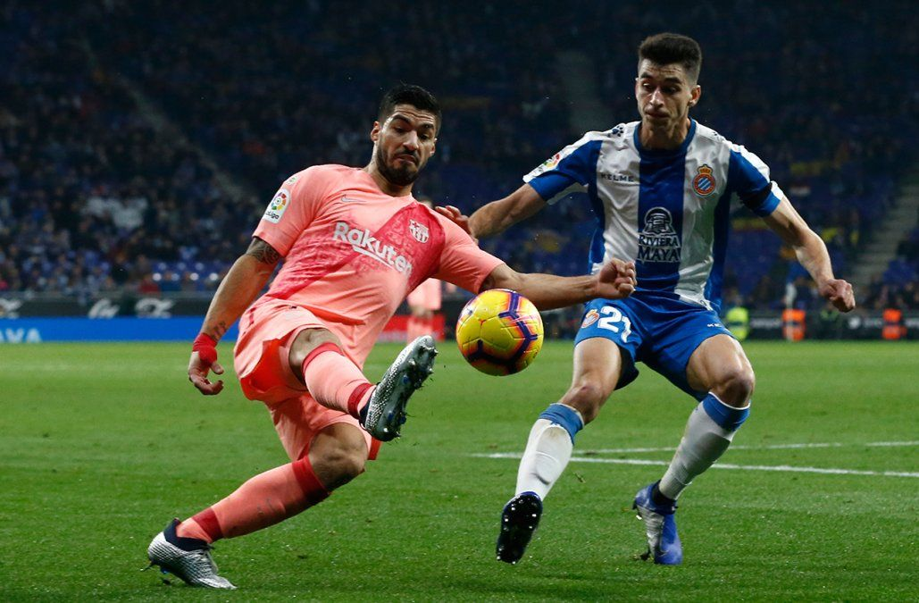 La jugada y el gol por los caños que hizo Luis Suárez este sábado