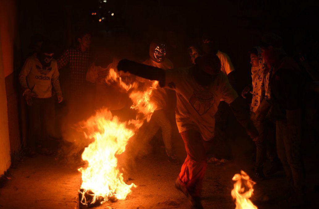 Creyentes se lanzan bolas de fuego en celebración de Virgen de la Inmaculada Concepción