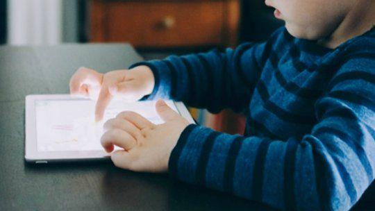 El cerebro de los niños cambia por excesivo tiempo ante pantallas, según estudio