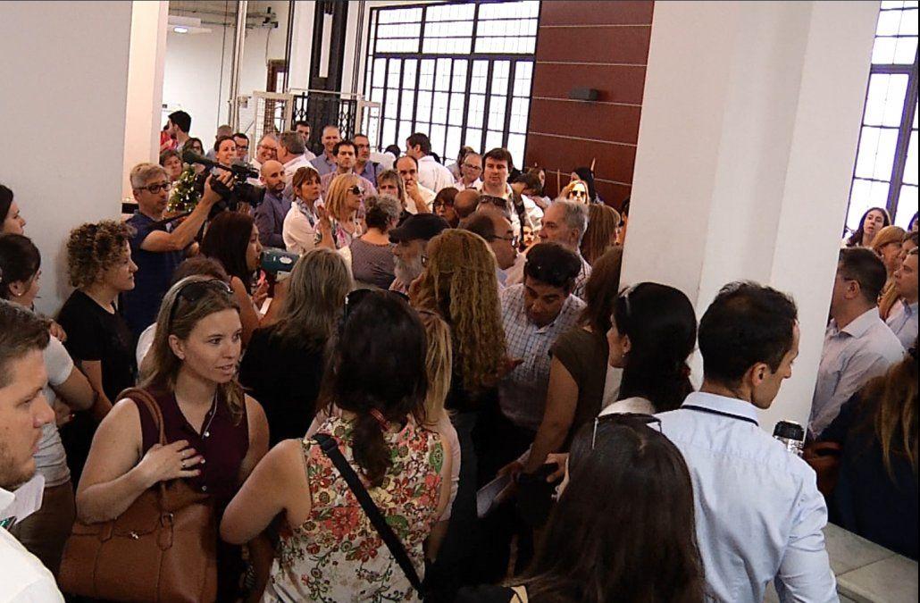Funcionarios de la DGI hacen paro y ocuparon el tercer piso de Economía