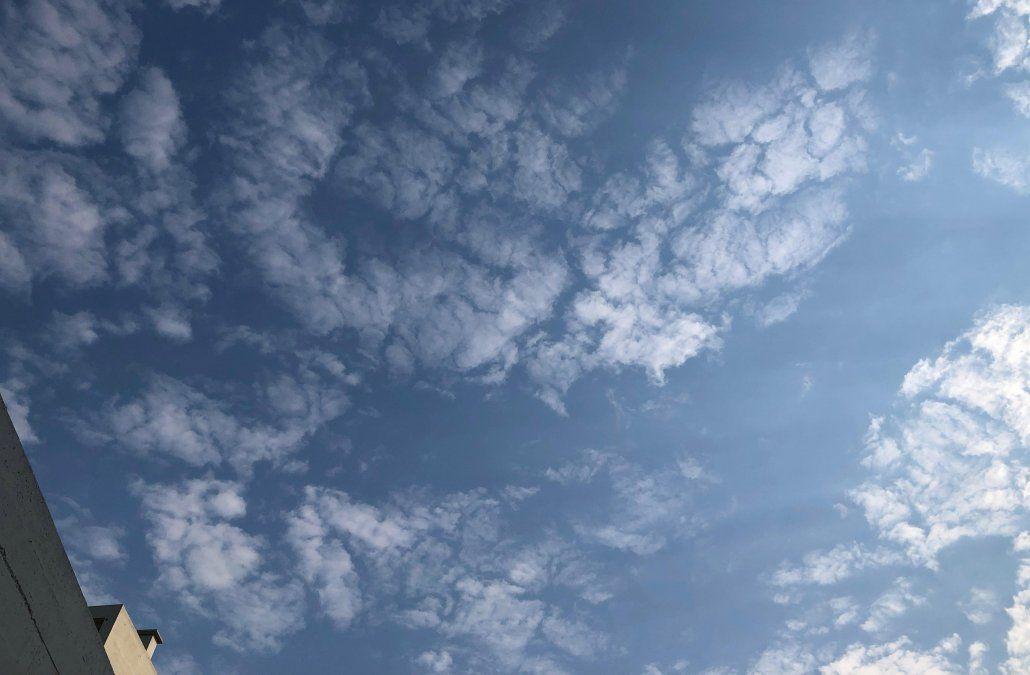 Sábado algo nuboso con períodos de claro y máximas entre 26 y 27°C