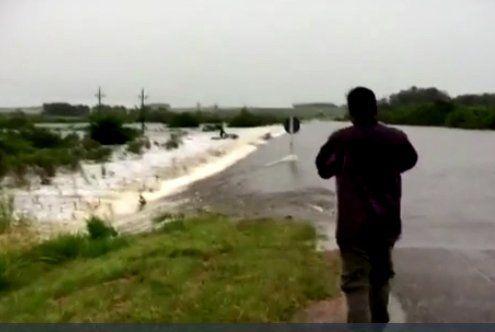 Inundación en Ruta 6 kilómetro 120. Un autyo fue arrastrado por la correntada. Así vivió el Uruguay rural las lluvias de las últimas jornadas.