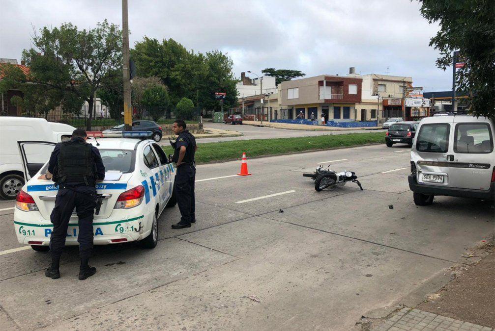 Una pareja en moto chocó contra una camioneta y el conductor se encuentra grave