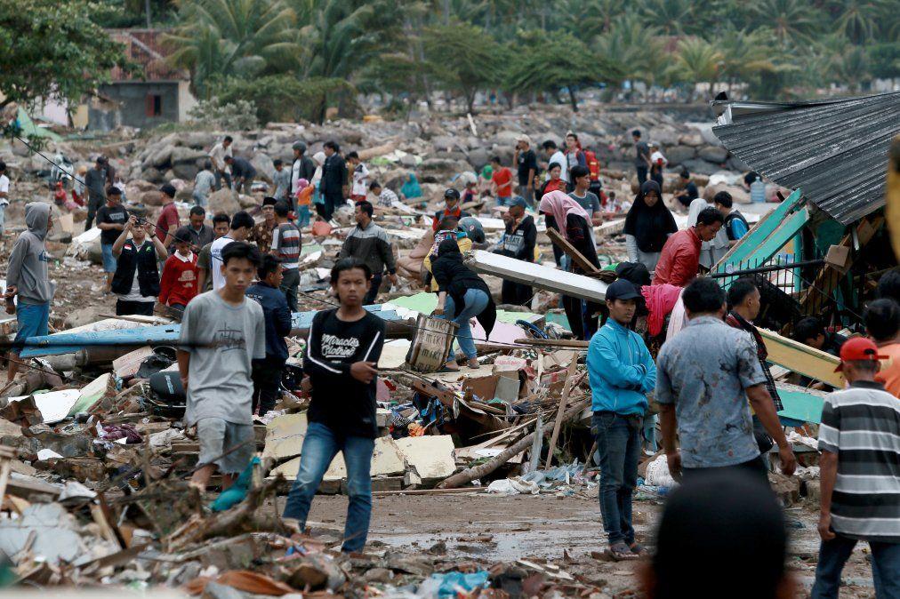 Más de 220 muertos, 28 desaparecidos y cientos de heridos tras tsunami en Indonesia
