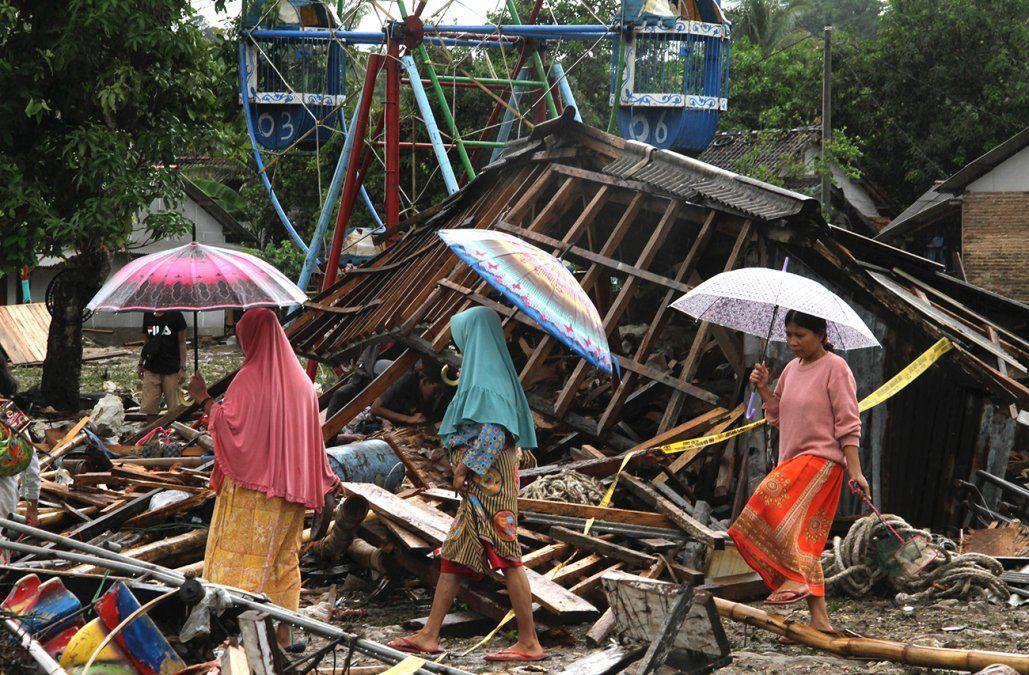 El balance del tsunami en Indonesia sube a 373 muertos y 1.400 heridos