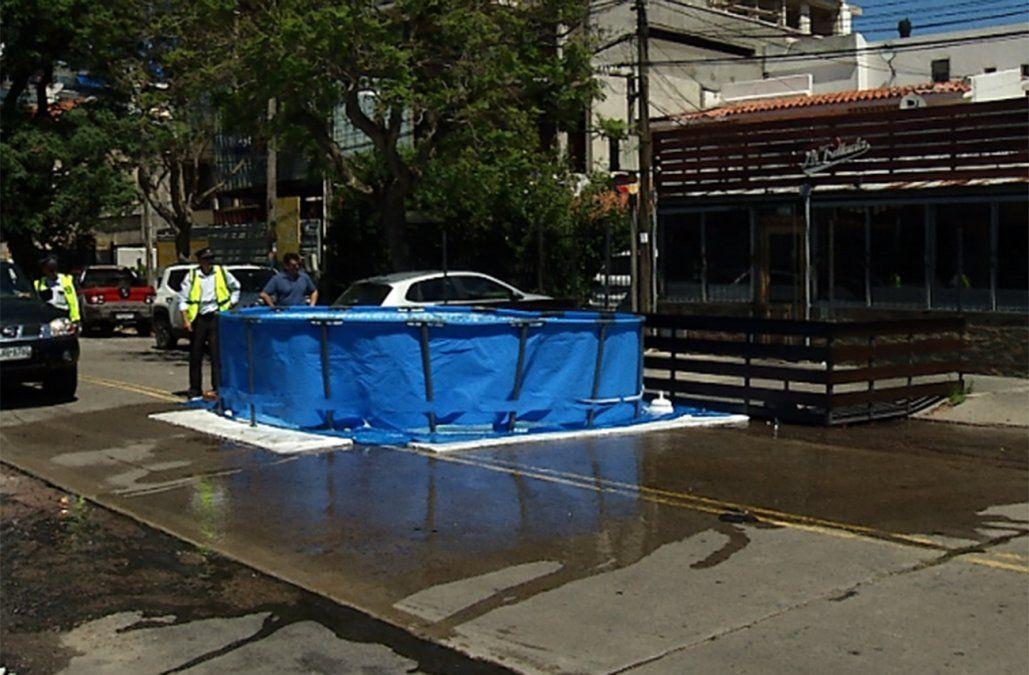 La piscina que una parrillada instaló en plena calle sin permiso y desvió el tránsito