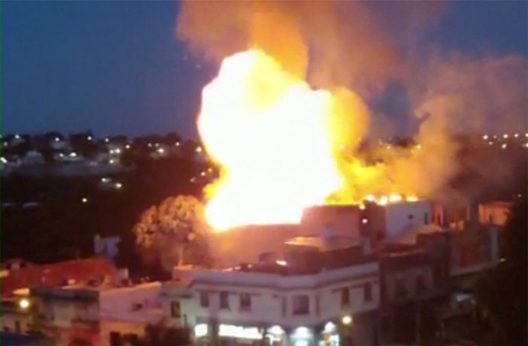 Gran incendio con explosiones en un supermercado dejó pérdidas totales