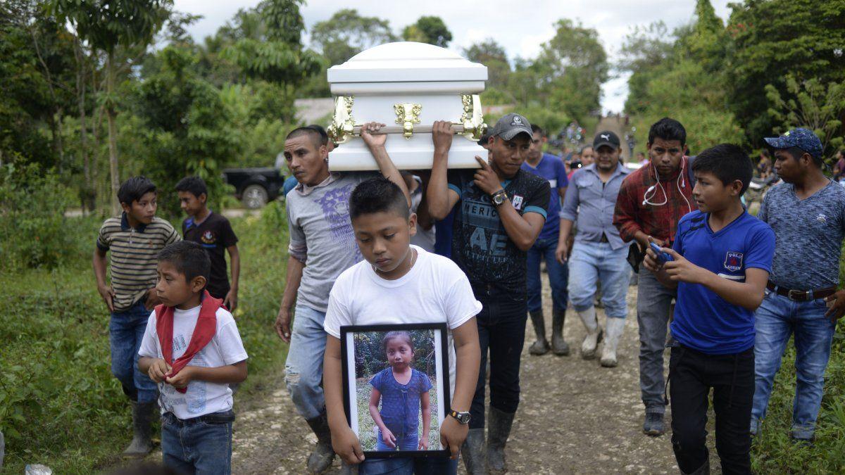 Un niño lleva una imagen de la niña guatemalteca de 7 años que falleció en Texas dos días después de ser tenida en custodia por la patrulla fronteriza estadounidense
