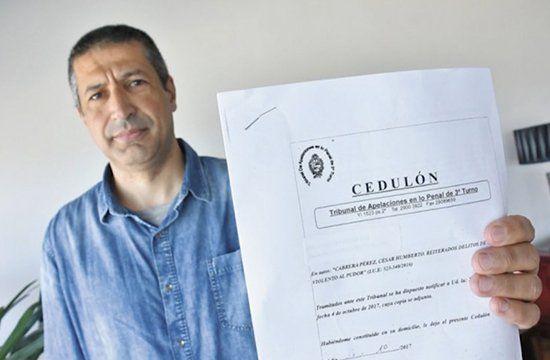 Humberto Cabrera exhibiendo un documento del juicio cuando proclamaba su inocencia.