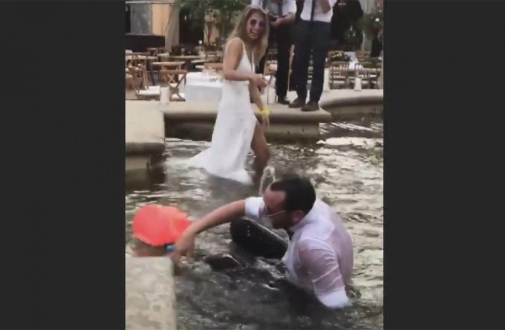 Así terminó la boda de Godín y Sofía Herrera: a los chapuzones en la fuente