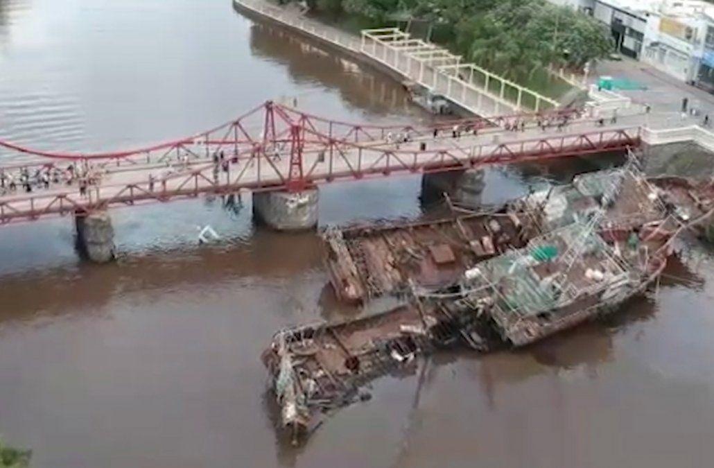 Sacaron el primero de los tres barcos que chocaron contra el puente de Carmelo