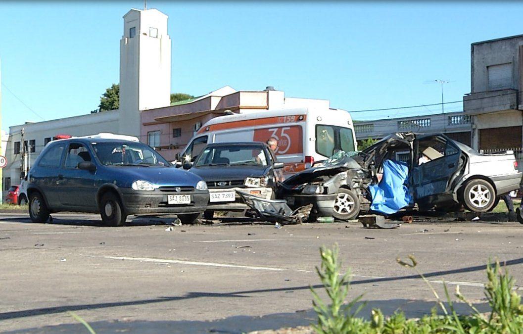 Accidente fatal: camioneta cruzó con luz roja y provocó choque de tres autos