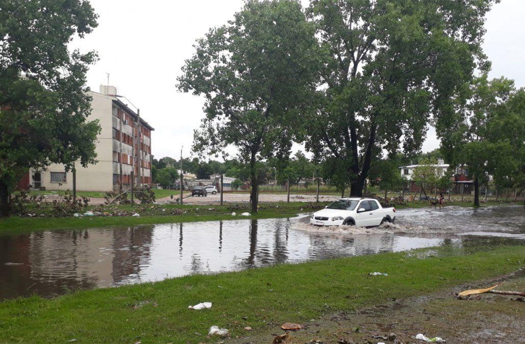 Foto: (Beatríz Martínez). Calle inundada por las lluvias de este miércoles 2 de enero. José Pedro Varela y camino Corrales.