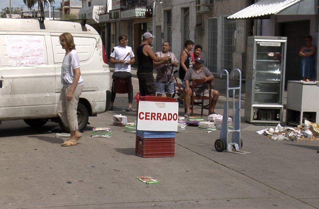 Dos días sin luz: vecinos y comerciantes de Pérez Castellanos cortaron la calle