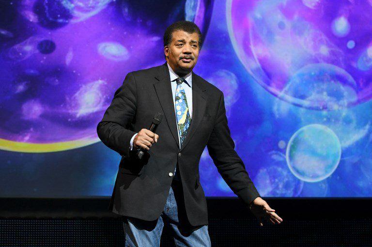 De Grasse estudió e Harvard y Columbia. Es director del Planetario Hayden en el Centro Rose para la Tierra y el Espacio investigador asociado en el Departamento de Astrofísica del Museo de Historia Natural