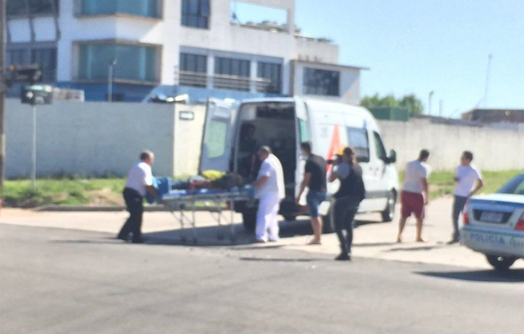 Accidente entre moto y camioneta en Flor de Maroñas; conductor del birrodado con lesiones leves