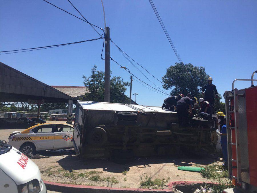 Choque entre un camión y un taxi con un hombre y una mujer en grave estado