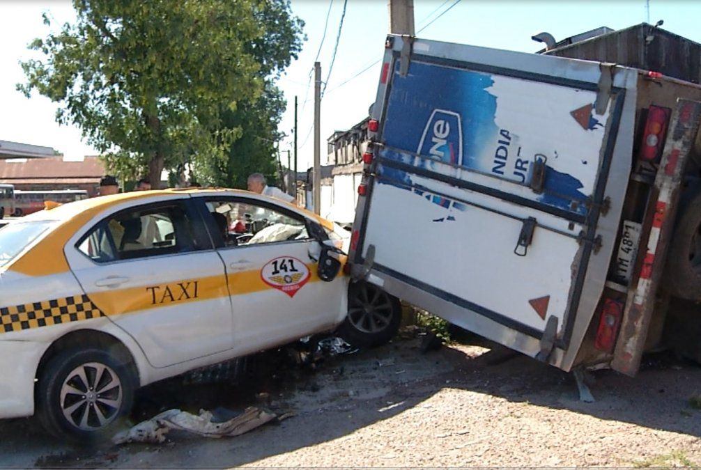 Camión y taxi chocan e impactan contra un muro; tres personas graves