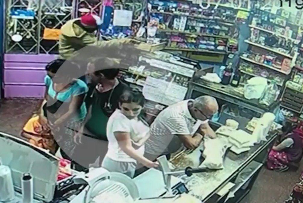 El delincuente -de gorro rojo y blanco- quedó registrado en cámaras de televigilancia